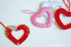 I love these simple heart wreath decorations. All you need are some card scraps (I used old packing boxes) and some cheap wool/yarn. Valentines Day Party, Valentine Day Crafts, Valentine Decorations, Valentinstag Party, Diy Craft Projects, Craft Tutorials, Heart Party, Heart Wreath, Crafts To Make And Sell