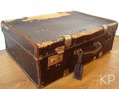 Maleta antigua de cartón ** Old black suitcase