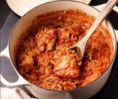 Κοτόπουλο κοκκινιστό με κριθαράκι στη κατσαρόλα. Ένα λαχταριστό, κλασικό πατροπαράδοτο πιάτο για να γλύφεις τα δάχτυλά σου, αγαπητό σε μικρούς και μεγάλους. Μια απλή και εύκολη συνταγή για ένα πεντανόστιμο, χορταστικό και υγιεινό φαγητό για όλη την οικογένεια στο καθημερινό και Κυριακάτικο τραπέζι. Δοκιμάστε το!