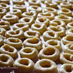 I taralli pugliesi all'olio d'oliva sono uno dei prodotti caratteristici della Puglia. Clicca qui per la ricetta completa! Italian Cookie Recipes, Italian Cookies, Beignets, Biscotti Cookies, Burritos, Weird Food, Cannoli, Mini Desserts, Antipasto