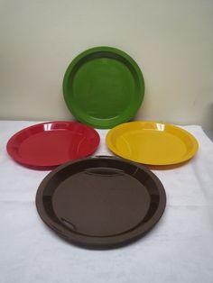 Ihanan värikkäät Sarviksen lautaset, käytön jälkiä pinnassa, kaunis kiilto kuitenkin vielä tallella.  Halkaisija 23 cm. 4 euroa/kpl.