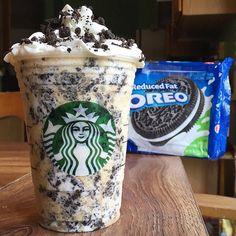 Starbucks Secret Menu: Cookies and Cream/Oreo Frappuccino - StarbucksRecipes Comida Do Starbucks, Bebidas Do Starbucks, Starbucks Frappuccino, Vanilla Frappuccino, Oreo Frappe Recipe, Copo Starbucks, Starbucks Secret Menu Drinks, Kreative Desserts, Oreo Milkshake