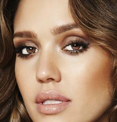 brunettes - complimenting make up - eye shadow, nude lip color pigment...///Adoro este maquillaje de Jessica Alba