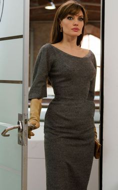 angelina jolie in the tourist wearing a vintage charles james gray dress The Tourist Angelina Jolie, Angelina Jolie Movies, Angelina Jolie Style, Angelina Jolie Hairstyles, Angelina Jolie Makeup, Charles James, Colleen Atwood, Structured Dress, Le Jolie