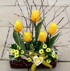 Jarní tulipánová dekorace do žluta..SLEVA Z 288Kč Easter Flower Arrangements, Easter Flowers, Beautiful Flower Arrangements, Tulips Flowers, Spring Flowers, Floral Arrangements, Diy Easter Decorations, Flower Decorations, Diy Osterschmuck