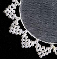 Artesanato cobre jarra Ribbon Embroidery, Embroidery Patterns, Sewing Patterns, Bead Crafts, Jewelry Crafts, Tatting Jewelry, Bead Sewing, Beaded Christmas Ornaments, Beaded Jewelry Patterns