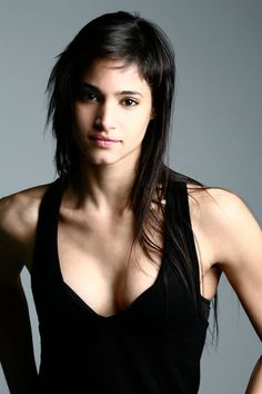 Tips: Sofia Boutella, 2017s casual hair style of the cool beautiful actress