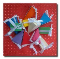Caixa personalizada em formato de fatia de bolo, com aplique de fita de cetim. www.amornopapel.com.br
