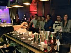 Become an expert on preparating the most elegant and famous cocktail of the world: Gin & Tonic. Learn the correct mixtures and how to create them, discover the best gins you can find in the market and the different tonics to mix with, the types of glass, the basic utensils ... and serve it as a professional!