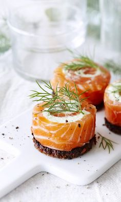 Gravlax rolls with wasabi and bread. Fish Recipes, Seafood Recipes, Appetizer Recipes, Cooking Recipes, Savory Snacks, Healthy Snacks, Tapas, Food Porn, Scandinavian Food
