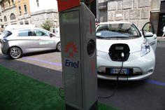 """Enel Drive: la mobilità elettrica conquista Milano. Grande successo di pubblico per la tappa nel capoluogo lombardo del roadshow dedicato alle offerte di auto e bici elettriche """"made in Enel"""" - http://enelsharing.enel.com/#sthash.GZuvplda.dpuf"""