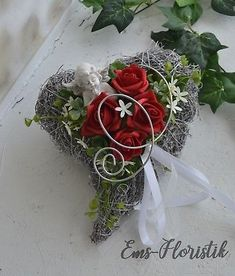 All Saints Day memorial heart roses angel red for urn grave The Effective Pictures We Offer You About funeral makeup A quality picture can tell you many things. Creative Flower Arrangements, Cemetery Decorations, Cemetery Flowers, All Saints Day, Diy For Men, Funeral Flowers, Ikebana, Flower Vases, Red Roses