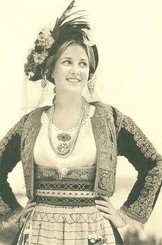 Η πριγκίπισσα Θεοδώρα. (c) Calliope  Το 2004 η εξαιρετική φωτογράφος Καλλιόπη, απαθανάτισε την  μικρότερη κόρη της Άννας Μαρίας, πριγκίπισσα Θεοδώρα, φορώντας και αυτή, όπως η μητέρα  της σαράντα χρόνια νωρίτερα, την παραδοσιακή – γιορτινή – ενδυμασία της Κέρκυρας. Folk Costume, Costumes, Greek Dress, Greece Photography, Folk Dance, Greek Clothing, Corfu, Old Photos, Beautiful People