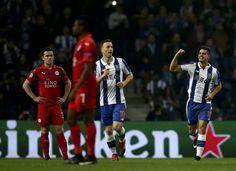 O FC Porto derrotou esta quarta-feira o Leicester por 5-0 e apura-separa os oitavos-de-final. Onze do FC Porto: Casillas; Maxi, Felipe, Marcano e Alex Tel