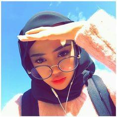 Hijabi Girl, Instagram Pose, Hijab Fashion, Snapchat, Ootd, Poses, Selfie, Glasses, Pictures