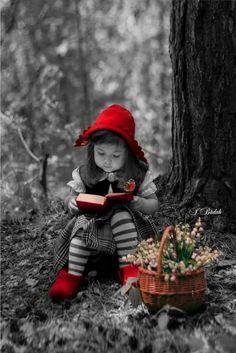 Little red riding hood Splash Photography, Color Photography, Cute Kids, Cute Babies, Black White Photos, Black And White, Color Splash Photo, Images Vintage, Jolie Photo
