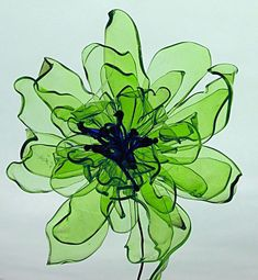 Discover thousands of images about Recycled plastic bottle flowers! Use this idea for making colorful, light, water-resistant undersea creatures and plants Ties to Chihuly and recycled art. Its recycled plastic waterbottles made into flowers! Water Bottle Crafts, Reuse Plastic Bottles, Plastic Bottle Flowers, Plastic Recycling, Flower Bottle, Plastic Bottle Crafts, Plastic Spoons, Plastic Art, Recycled Bottles