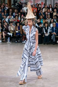 Issey Miyake Spring 2020 Ready-to-Wear Fashion Show - Vogue Issey Miyake, Fashion Week, Fashion 2020, Runway Fashion, Fashion Trends, Paris Fashion, Fashion Inspiration, Women's Fashion, Catwalk Collection