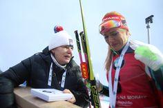 SP NMNM, hromadný M: Gabriela Koukalová s mámou Gabrielou Soukalovou - dojatá po vítězství v domácím NMNM.