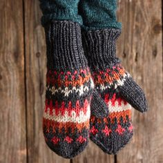 Kirjoneulelapaset – helppo ohje | Meillä kotona Knit Mittens, Knitting Socks, Knit Socks, Crocheting, Knit Crochet, Crochet, Chrochet, Tricot Crochet, Breien
