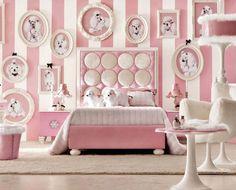 Neredeyse tamamı pembe beyaz olarak dekore edilmiş bu odamızda oldukça farklı durmaktadır. Pembe beyaz çizgilerden oluşan duvar kağıtları da odaya zarif bir hava katmaktadır.