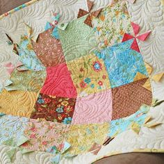 """One of my favorite table toppers  """"breezy"""" The PDF for this pattern is on sale today. Come visit my website. (link in my bio) #thepatternbasket #springquiltpatterns #quiltpatterns"""