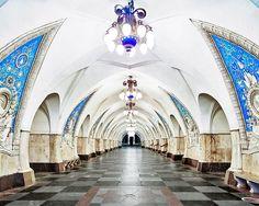 Entre les passagers pressés, les ralentissements, les wagons bondés et les souterrains qui peuvent se transformer en de véritables labyrinthes, prendre le métro est rarement une partie de plaisir. Cependant, il y a certaines stations qui présentent un esth&eacut...