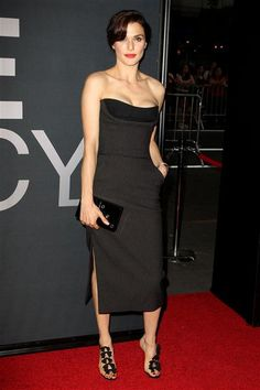 Rachel Weisz looks fab in her LBD and red lips at the Bourne Legacy premiere.