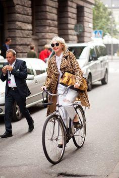 Street Style Outfits. Vintage bike. Leopard coat.