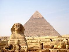 Os egípcios eram politeístas. Adoravam vários deuses, em cerimônias patrocinadas pelo estado ou pelo povo. Geralmente os deuses possuíam formas de animais (zoomorfismo) ou uma mistura de homem e animal (antropozoomorfismo).