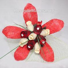 Ramo de rosas Bilbao realizado a mano con toda clase de detalles, listo para regalar. – Formado por 5 rosas de madera pequeñas y 4 grandes.