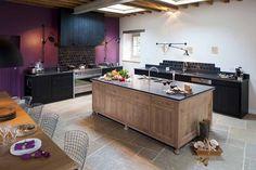 CUISINE EN CHENE MASSIF & TEINTES NOIRES - Ambiance Atelier - Cuisine sur mesure