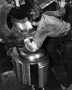 A sailor polishes the breech locking mechanism of a large naval gun from the battleship USS Alabama. Uss Alabama, Uss Iowa, Us Battleships, Us Navy Ships, Naval, Big Guns, Flight Deck, United States Navy, Interesting History