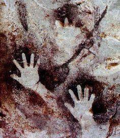 Hand Paintings and Symbols in Rock Art Christmas Pebble Art, Painted Rocks Kids, Rock Painting Ideas Easy, Handprint Art, Hand Art, Painting Videos, Aboriginal Art, Stone Art, Ancient Art