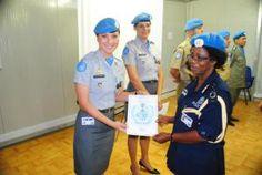 """POLICIAIS MILITARES FEMININAS BRASILEIRAS EM MISSÕES DE PAZ – UNITED NATIONS POLICE """"UNPOL""""   Tenente Karin (com Tenente Renata a seu lado) recebendo seu diploma na Medal Parade, solenidada onde foram agraciadas com a medalha da ONU na UNMISS."""