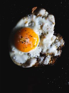 Oeuf au plat / sunny side up Real Food Recipes, Cooking Recipes, Yummy Food, Breakfast Time, Breakfast Recipes, Doce Light, Huevos Fritos, Fabulous Foods, Soul Food
