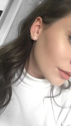 Trending Ear Piercing ideas for women. Ear Piercing Ideas and Piercing Unique Ear. Ear piercings can make you look totally different from the rest. Piercing Lobe Oreille, Ear Piercing Helix, Piercing Eyebrow, Cute Ear Piercings, Piercing Tattoo, Triple Lobe Piercing, Ear Piercings Tragus, Crystal Earrings, Statement Earrings