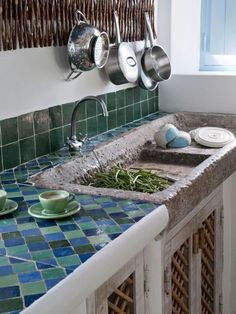 Landhausstil der Küche in einer Sommerhütte in Portugalien, wo Blau und Grün herrschen