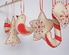 Leuke zelfgemaakte Kersthangers doen het altijd goed.  Kijk voor vilt eens op http://www.bijviltenzo.nl