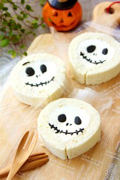White roll cake (Halloween Ver)- White Roll Cake (Halloween Ver) by Apo Momoko (Cookpad) million easy and delicious recipes for everyone - Halloween Sweets, Halloween Cakes, Halloween Kostüm, Halloween Chocolate, Bento Recipes, Sweets Recipes, Cookie Recipes, Japanese Sweets, Lego Food