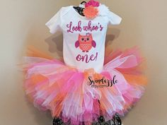 This owl outfit comes with a top, tutu and matching headband. Check out our other link if you are interested in matching barefoot sandals!  Size chart for onesies are in the pictures. Want just the shirt? Just message us!  Purple and pink scheme also available:https://www.etsy.com/listing/473535433/look-whos-one-owl-birthday-outfit  Need a matching headband, barefoot sandals or both? Check out this listing: https://www.etsy.com/listing/467077471&#x...