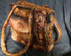 Bolso para dama - Este bolso para dama es único en el mundo y se puede notar que además de usar parte del ombligo también utilizaba orejas.