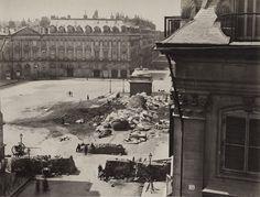 Fotografia della colonna di Place Vendôme abbattuta nel 1871,
