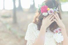 花冠って、女性にとって憧れのアイテムの一つですよね♡頭に花々を飾ることで魅力的な花嫁が誕生します!