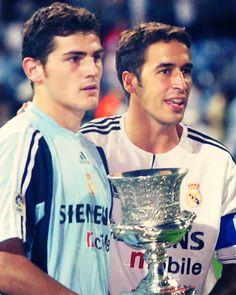 Raul Gonzalez y Iker Casillas. Raul Real Madrid, Real Madrid History, Real Madrid Team, Real Madrid Football Club, Real Madrid Soccer, First Football, Football Love, College Football, Bernabeu