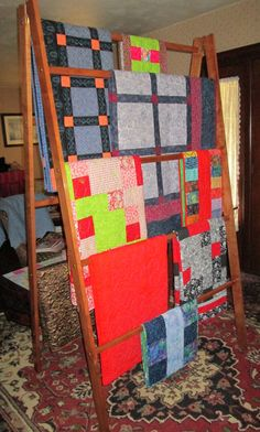 x Large Custom Quilt Display Rack - Break Down - Folds to fit into a mini van. Designed for quick set up and take down at arts and craft shows. For Sale. Craft Show Booths, Craft Fair Displays, Craft Show Ideas, Display Ideas, Quilting Tips, Quilting Designs, Quilt Wall Hangers, Quilt Storage, Quilt Racks