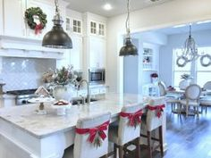 32 Beautiful Vintage Kitchen Decorations Ideas To Make A Nice Look - Trendehouse Large Kitchen Island, Kitchen Nook, Kitchen Layout, New Kitchen, Vintage Kitchen, Kitchen Design, Grand Kitchen, Eclectic Kitchen, Christmas Kitchen