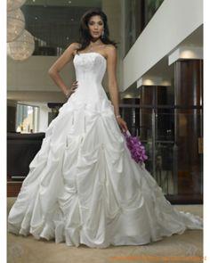 Luxuriöses weißes Brautkleid mit gefältigem Rock