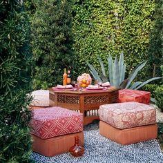 mobilier jardin élégant en rouge et à motifs floraux et une table en bois