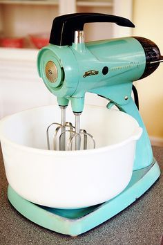 Aqua or Turquoise Sunbeam Mixmaster Stand Mixer Vintage Appliances, Vintage Kitchenware, Vintage Dishes, Small Appliances, Kitchen Appliances, Vintage Love, Retro Vintage, Vintage Items, Vintage Trucks